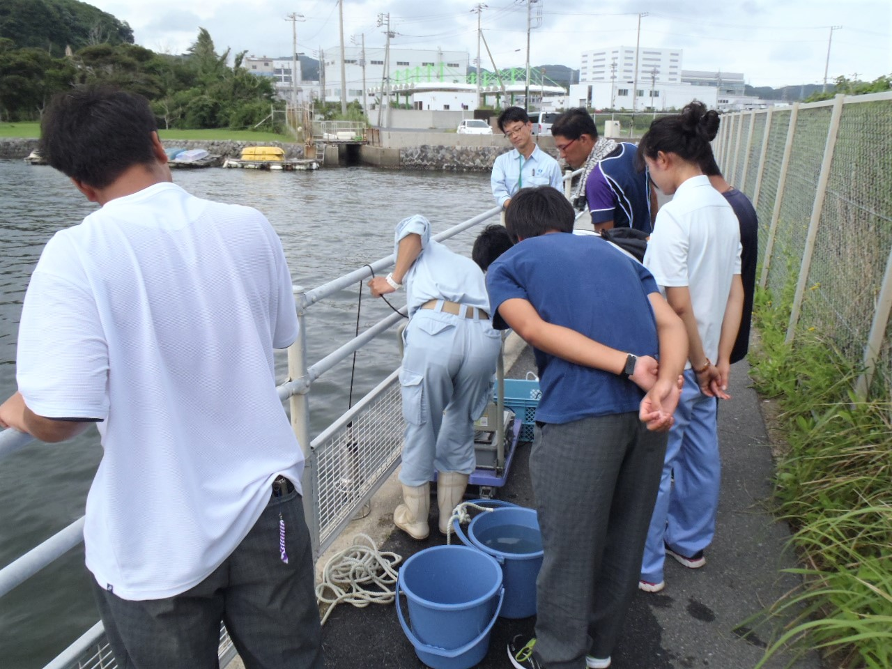 Measuring water temperature and pH as part of a coastal survey with students of Kanagawa Prefectural Marine Science High School (August 2017)