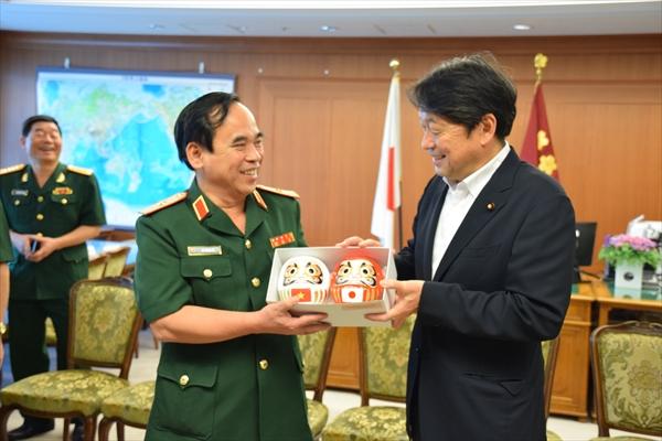 ホー・タイン・トゥ団長(写真左)らの表敬を受けた小野寺五典防衛相からは、ダルマが贈られた