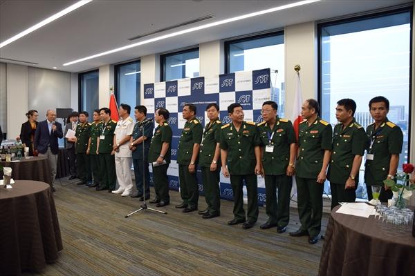 笹川平和財団ビルで開かれた歓迎レセプションで、訪日団一行を前にあいさつする笹川陽平名誉会長(写真左から2人目)