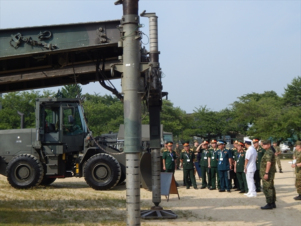 陸上自衛隊金沢駐屯地で、装備を視察する訪日団一行