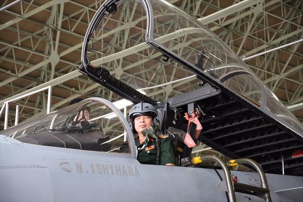航空自衛隊小松基地で、F15戦闘機のコックピットに乗り込んだホー・タイン・トゥ団長
