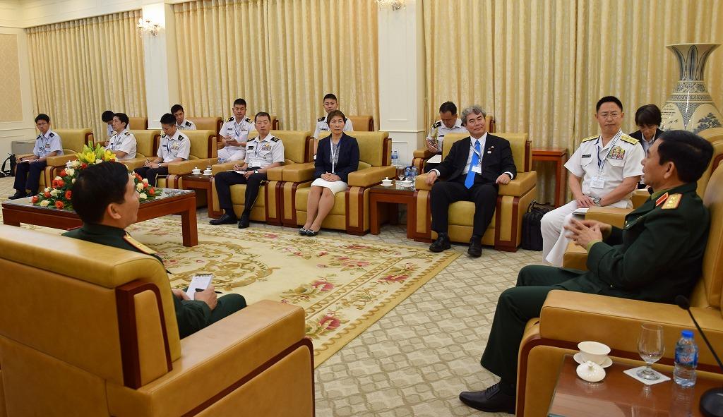 国防省でファン・バン・ザン人民軍総参謀長(右端)と会見する代表団