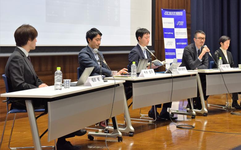 シンポジウムで、国際政治学と地域研究の協働について語る川名晋史准教授(右から2人目)ら