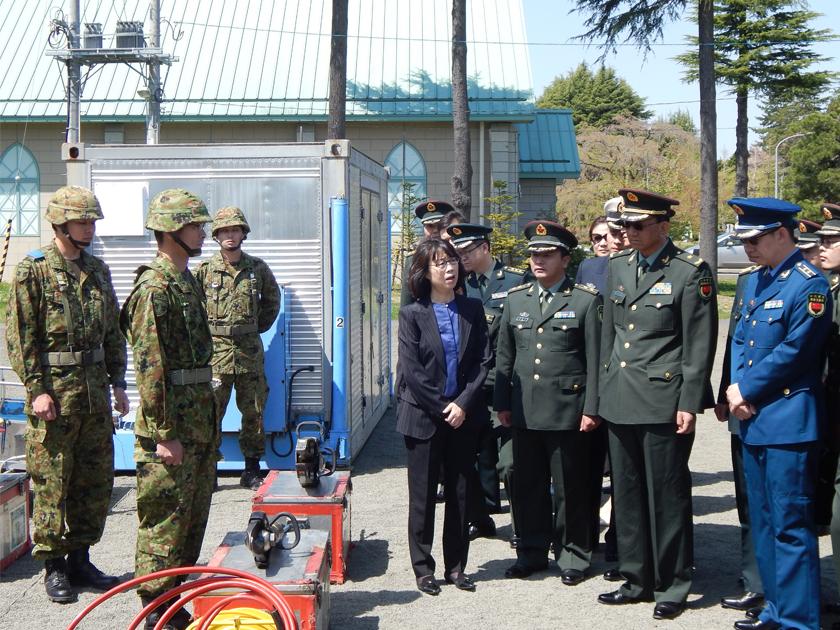 2018年4月、日中佐官級交流が約6年ぶりに再会され、陸上自衛隊仙台駐屯地を視察した人民解放軍代表団に通訳する胡一平(中央)