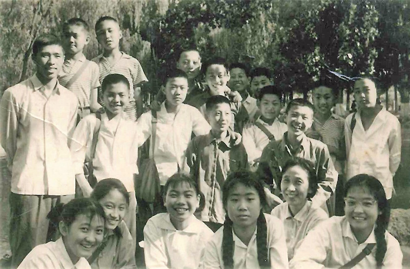 北京外国語学院付属外国語学校時代の胡一平(前列右から3人目)と、于展(最後列左から4人目)