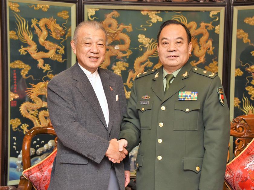 2018年2月、佐官級交流の再開で合意した笹川陽平名誉会長(左)と、胡昌明主任(当時)