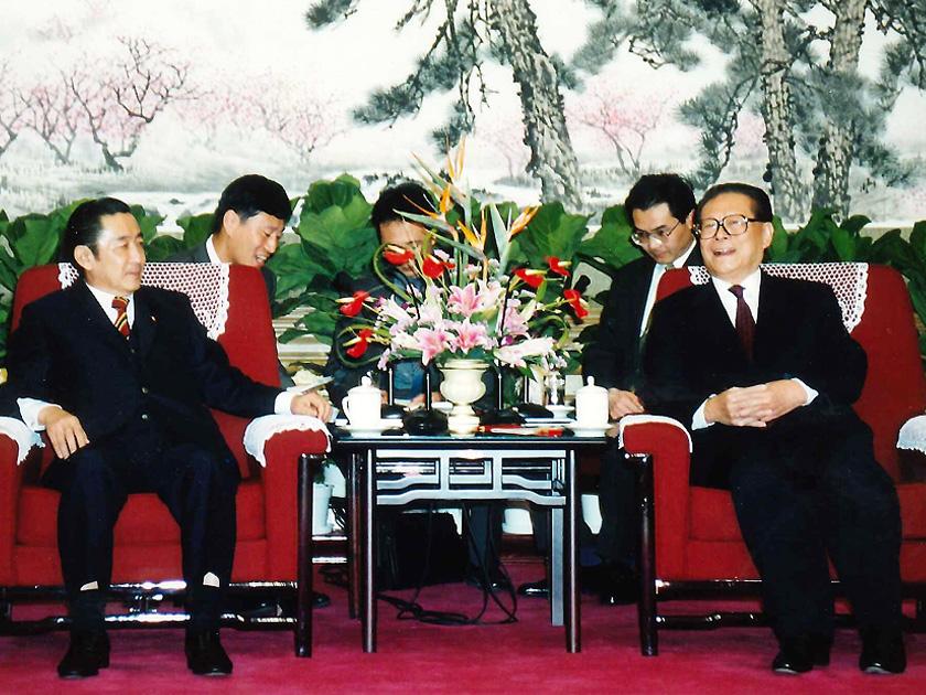 北京で会談した安全保障交流訪中団の橋本龍太郎前首相(当時)と、江沢民国家主席