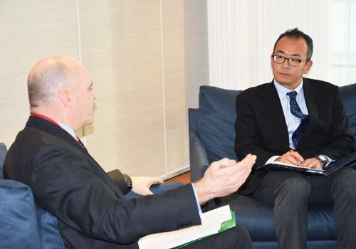笹川平和財団の西田一平太主任研究員(写真右)