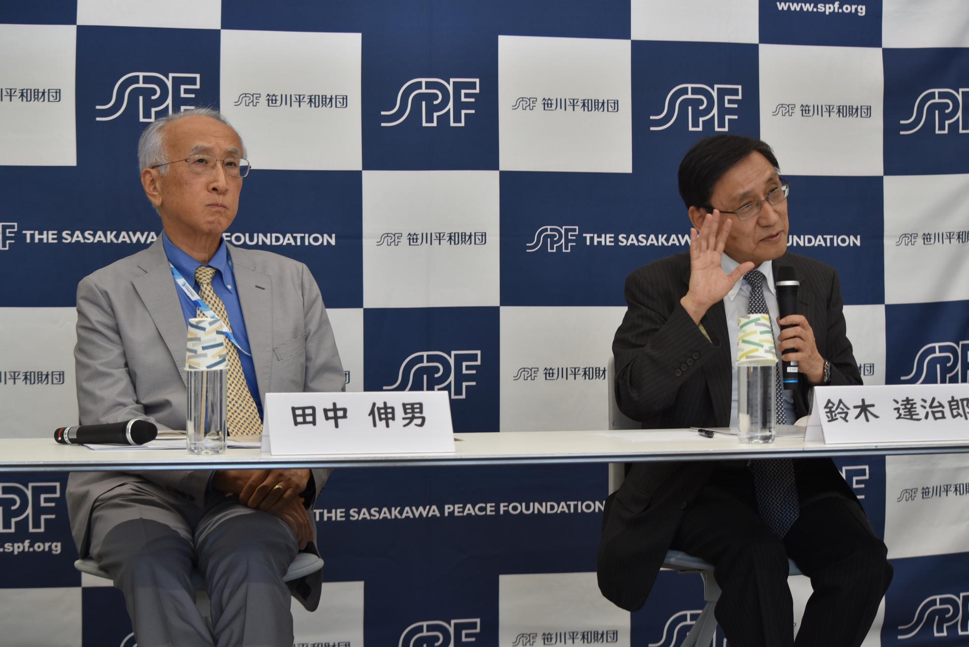 記者会見に臨んだ田中伸男会長(左)と、研究会座長で長崎大学核兵器廃絶研究センターの鈴木達治郎・副センター長