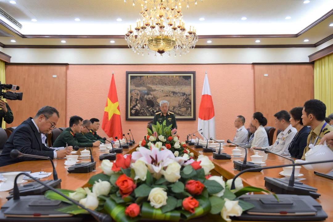 グエン・チ・ヴィン国防次官(中央)を表敬訪問