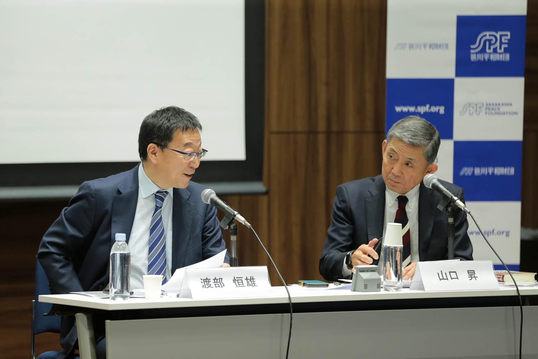 笹川平和財団の渡部恒雄上席研究員(左)と、山口昇参与