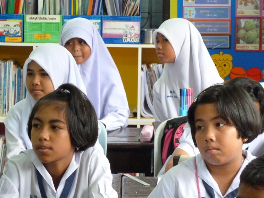 深南部にある学校では、イスラム教徒と仏教徒の子供たちが仲良く勉強していた (2012年6月)