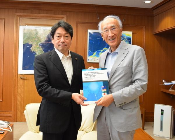 (左)小野寺防衛大臣、笹川平和財団会長の田中伸男