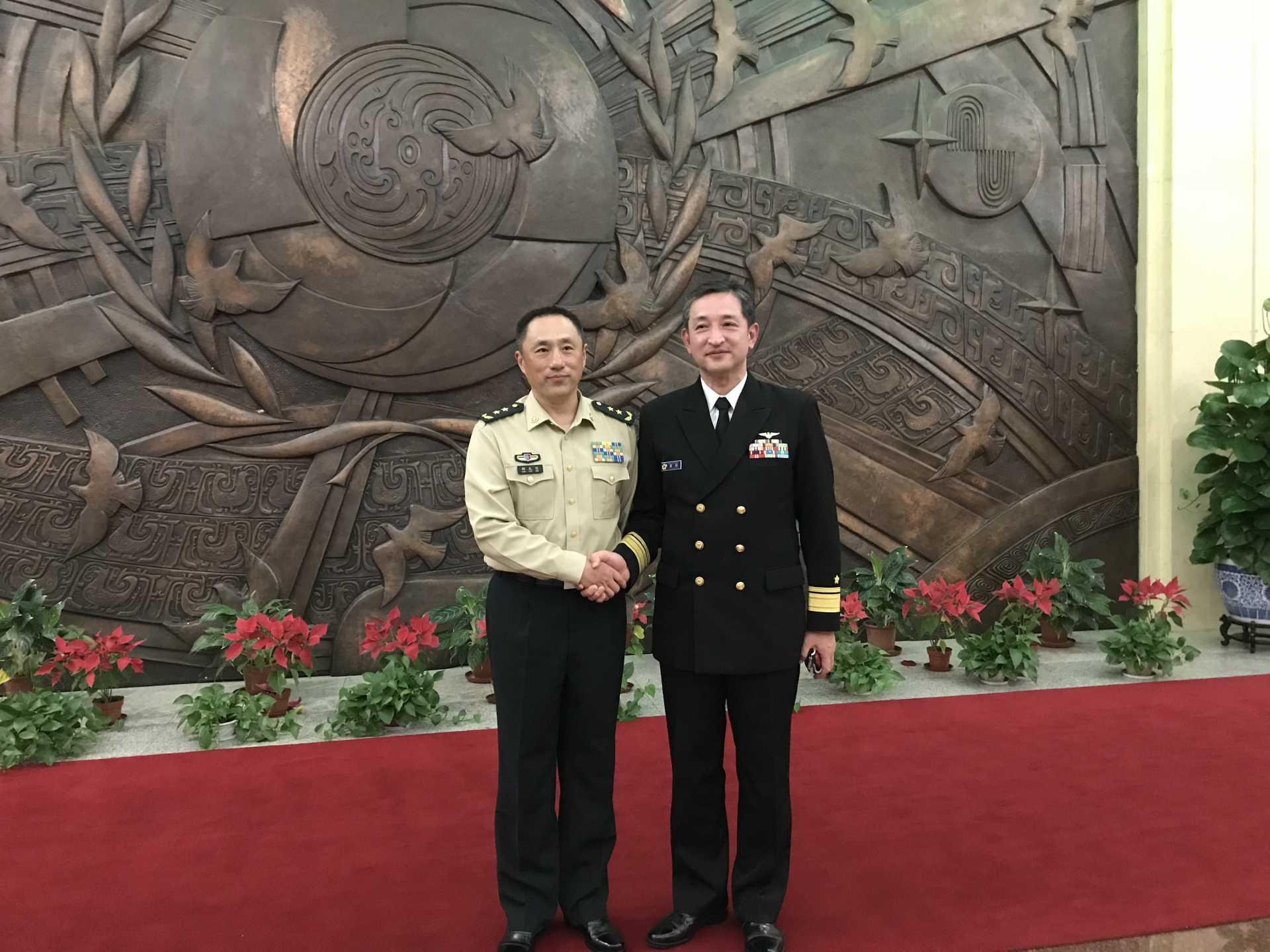 (画像)真殿団長(写真右)と卲副参謀長