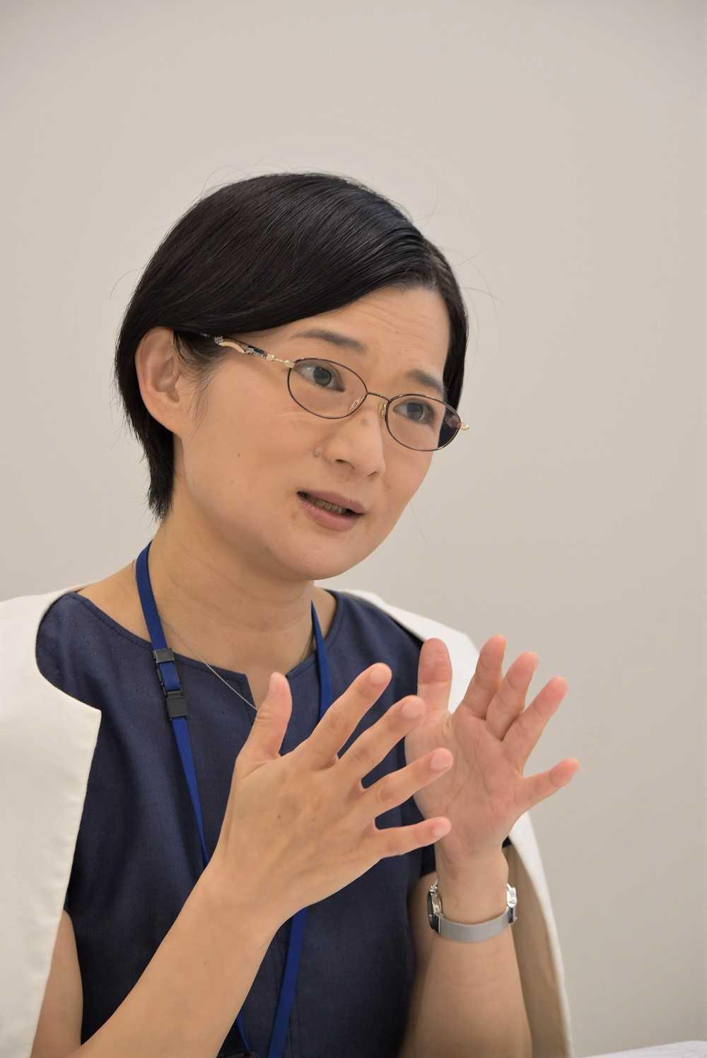 (画像)インタビューに答える岡本富美子
