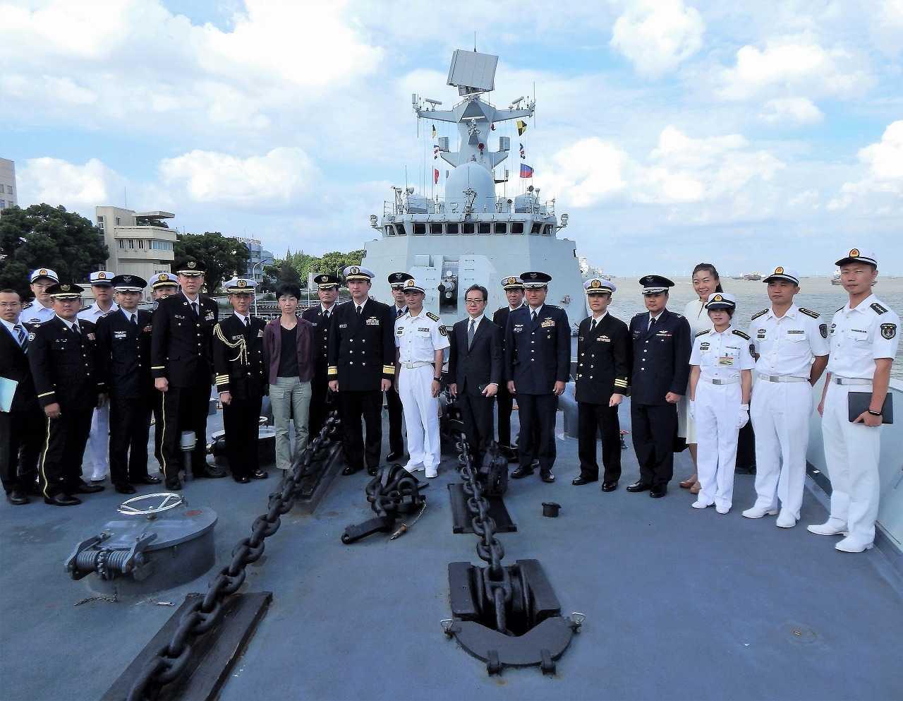 (画像)東部戦区海軍上海基地でミサイル・フリゲート艦「荊州」に乗艦した代表団