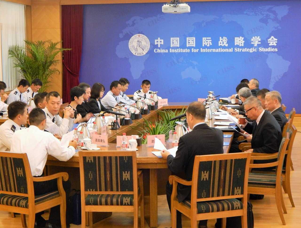 (画像)代表団は中国国際戦略学会の有識者らと率直に意見を交わした