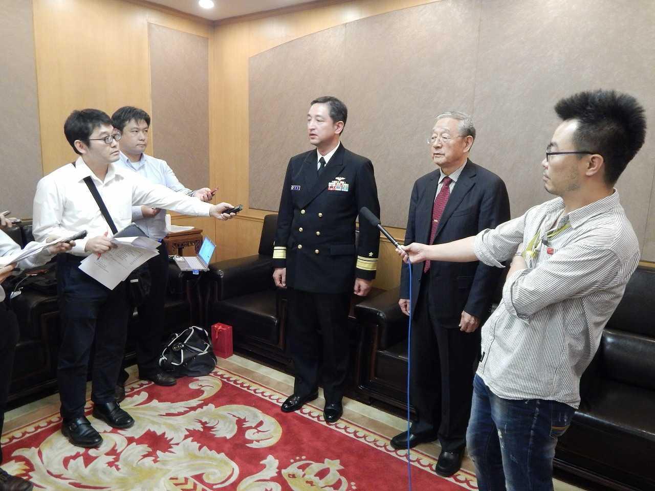 (画像)中国国際戦略学会で、記者団の質問に答える真殿知彦団長(中央)と龔顕福副会長