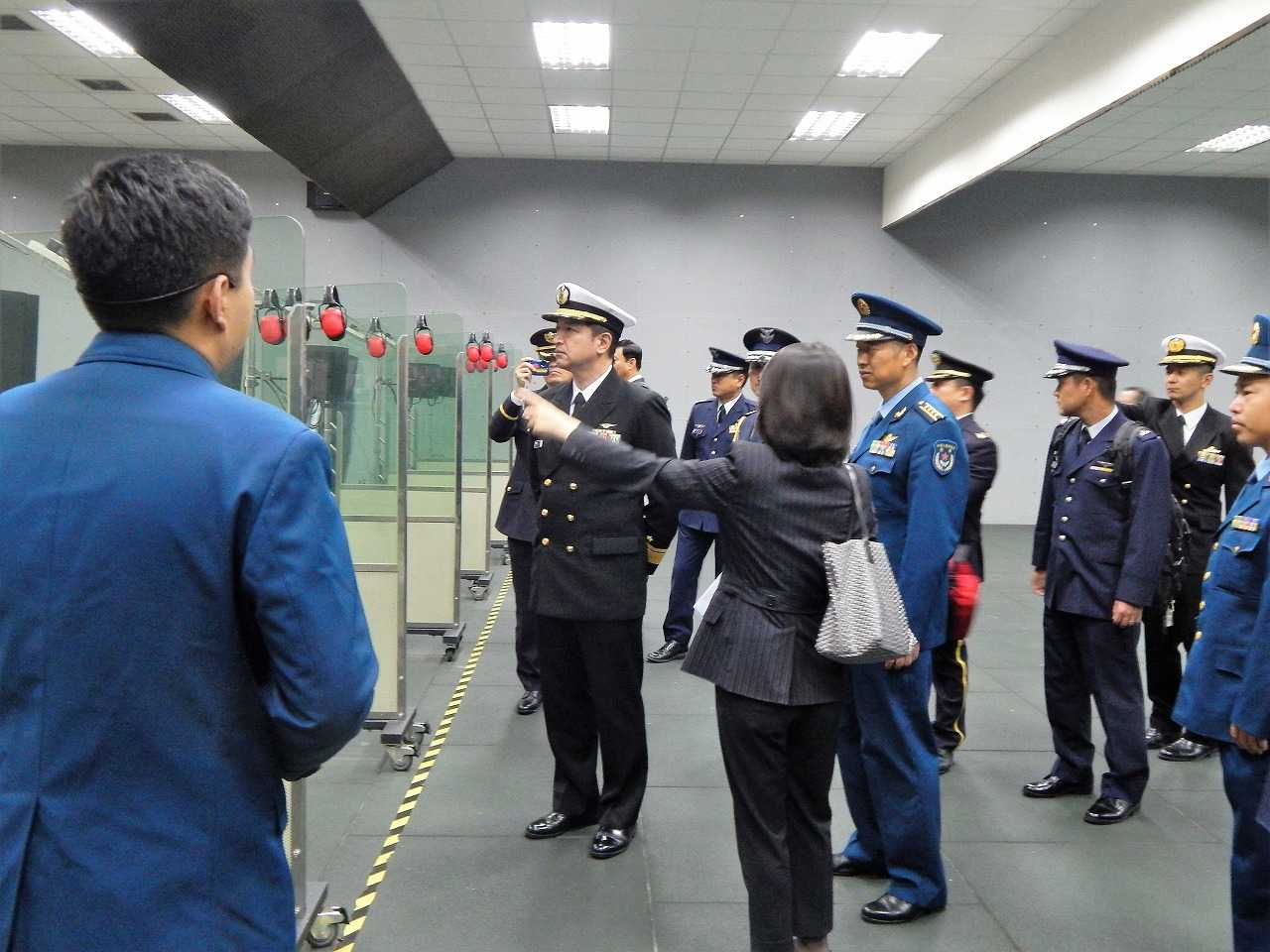 (画像)中国人民解放軍の空軍航空学校で、射撃訓練を視察する代表団