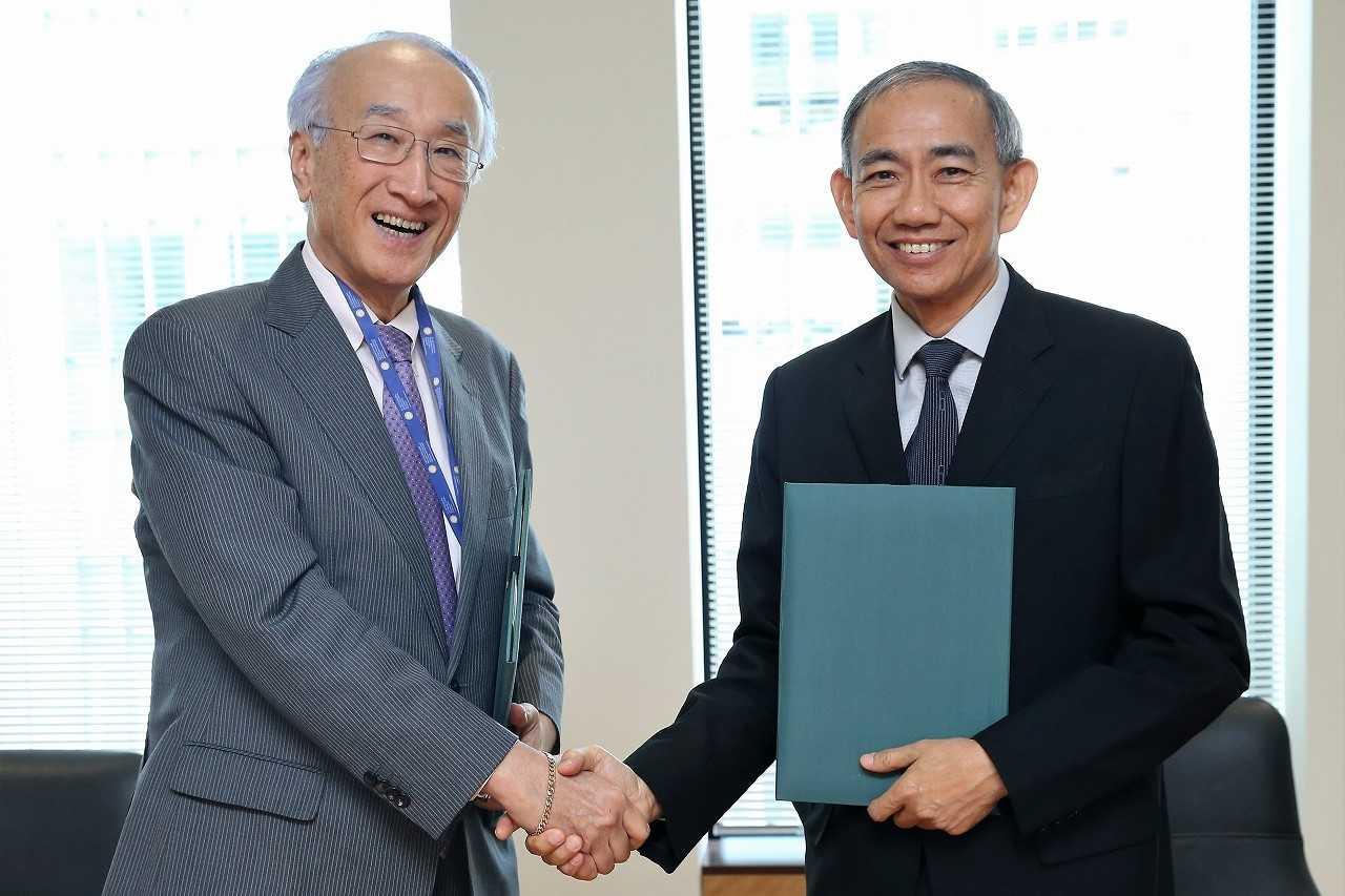 覚書に署名後、握手を交わすISEASのチョイ所長(写真右)と、田中会長
