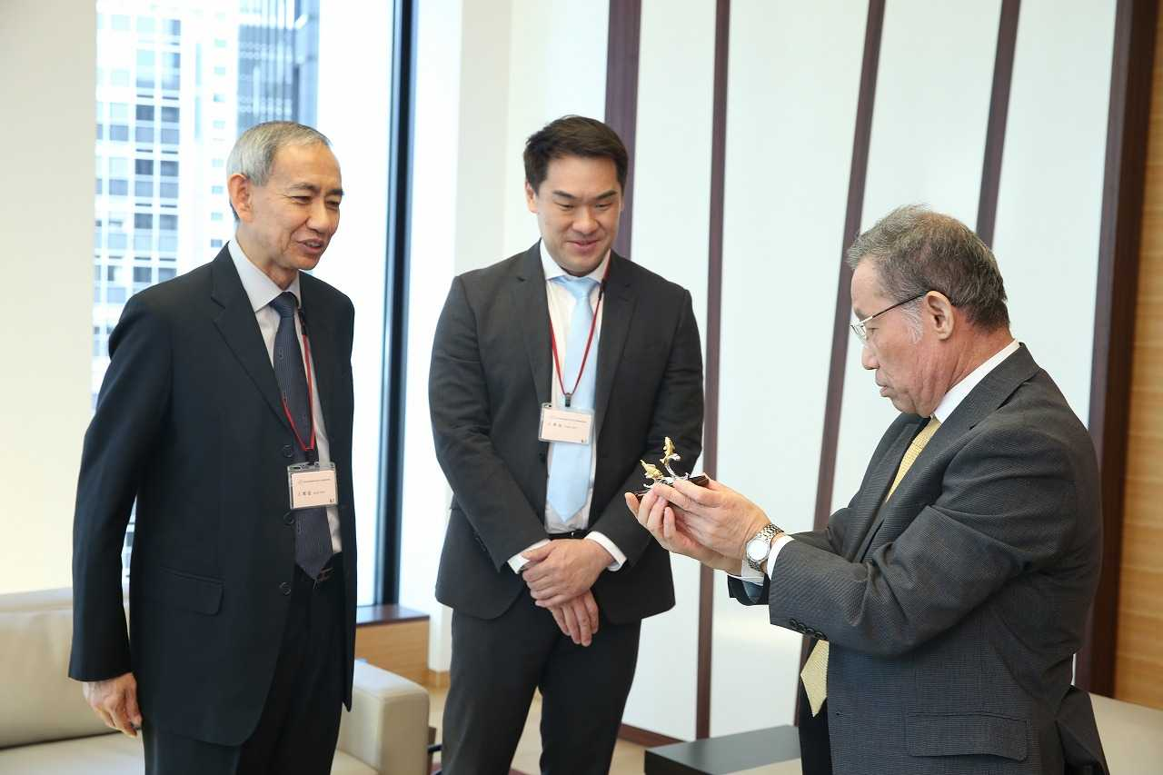 歓談する大野理事長(写真右)とチョイ所長(同左)