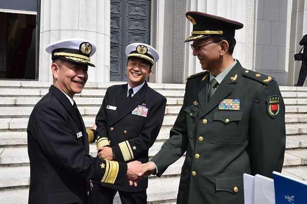 笑顔で談笑し握手を交わす齋藤聡、中畑康樹両校長と慈国巍団長(写真左から)