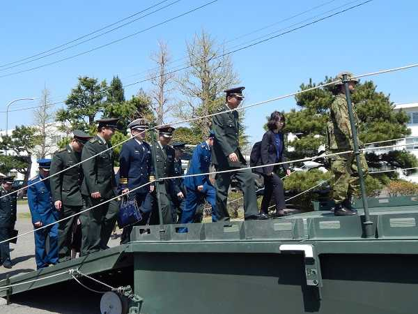 「07式機動支援橋」を渡る訪問団一行