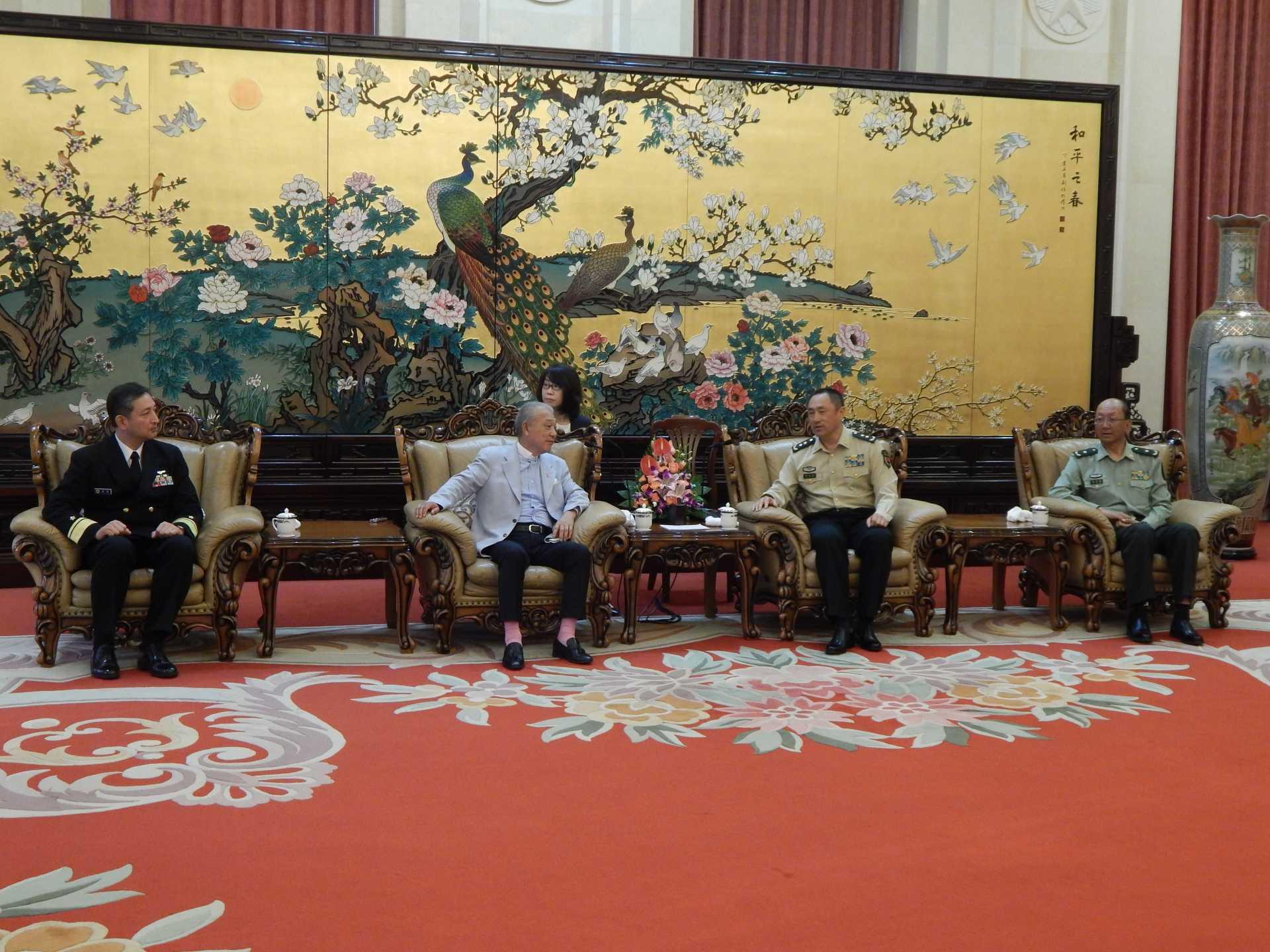 国際軍事合作弁公室で会談する真殿知彦団長、笹川陽平名誉会長、卲元明副参謀長、慈国巍少将(写真左から)