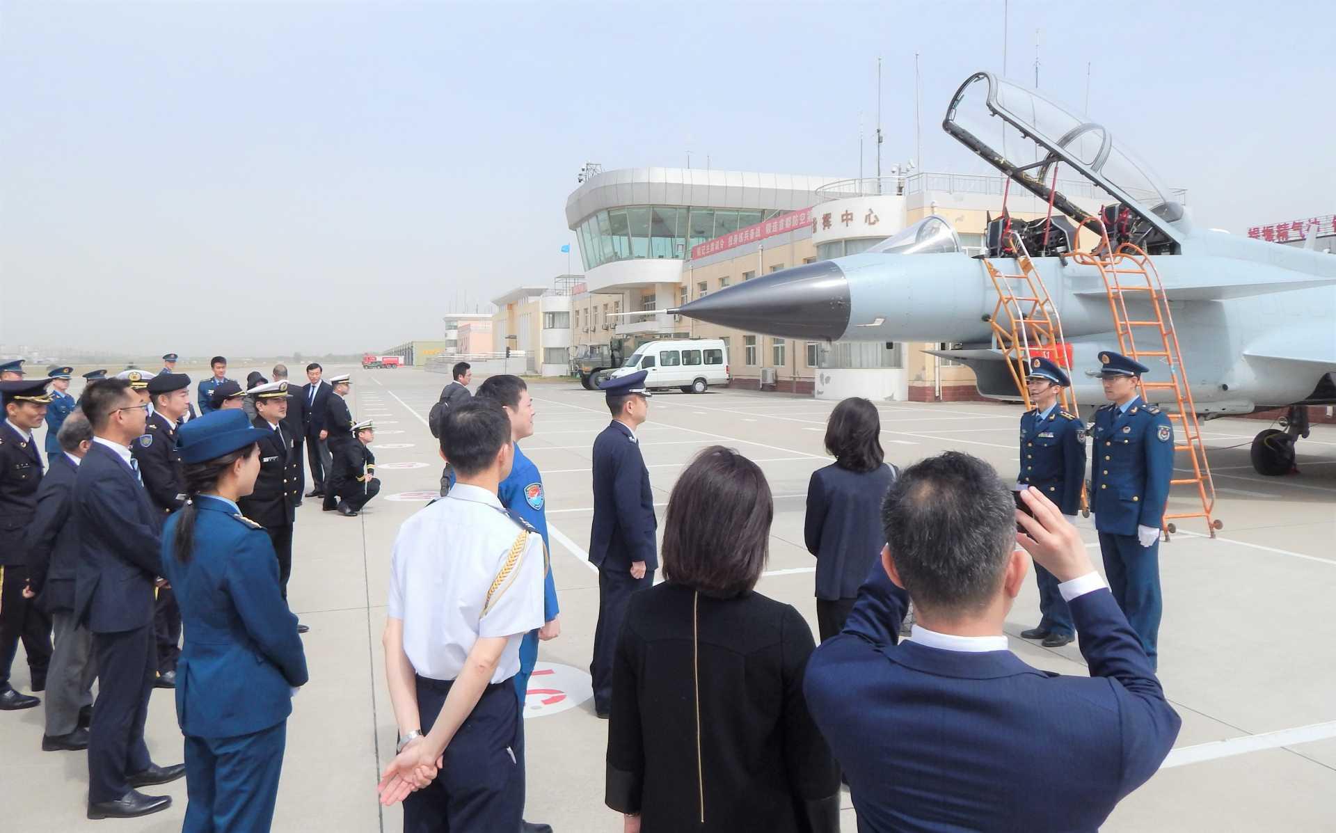 空軍航空兵第72旅団でJ-10を視察する代表団