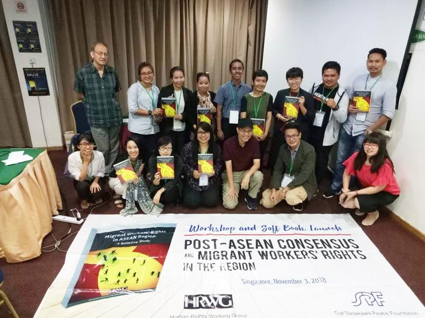 (写真)シンガポールでの会合で、ベースライン調査の報告書を手にする林茉里子(前列左から2人目)ら