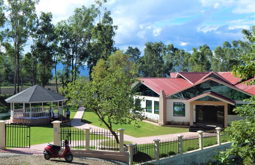 (写真)「レッドヒル」の麓に建つインパール平和資料館