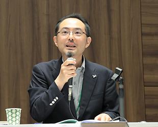 (キャプション)研究会で座長を務める、多賀太教授