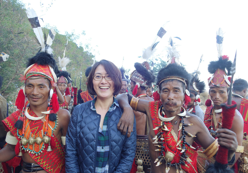 (写真)ナガランド州で、伝統衣装を纏った部族の人々と