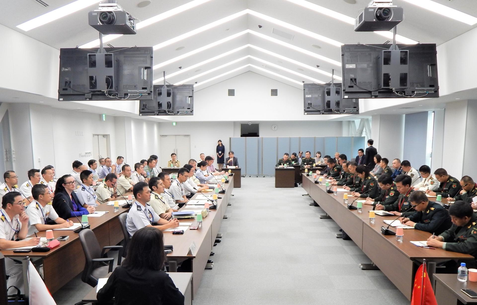 防衛省防衛研究所は人民解放軍代表団(右側)を迎え、アジア太平洋地域情勢をめぐり意見交換した