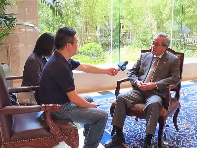 (キャプション)福建省テレビ局のインタビューを受ける尾形理事長
