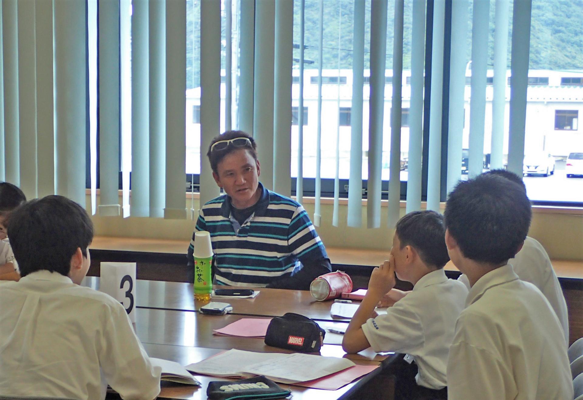 (キャプション)漁業者にインタビューする中学生。漁協と学校の地域協力にもつながる