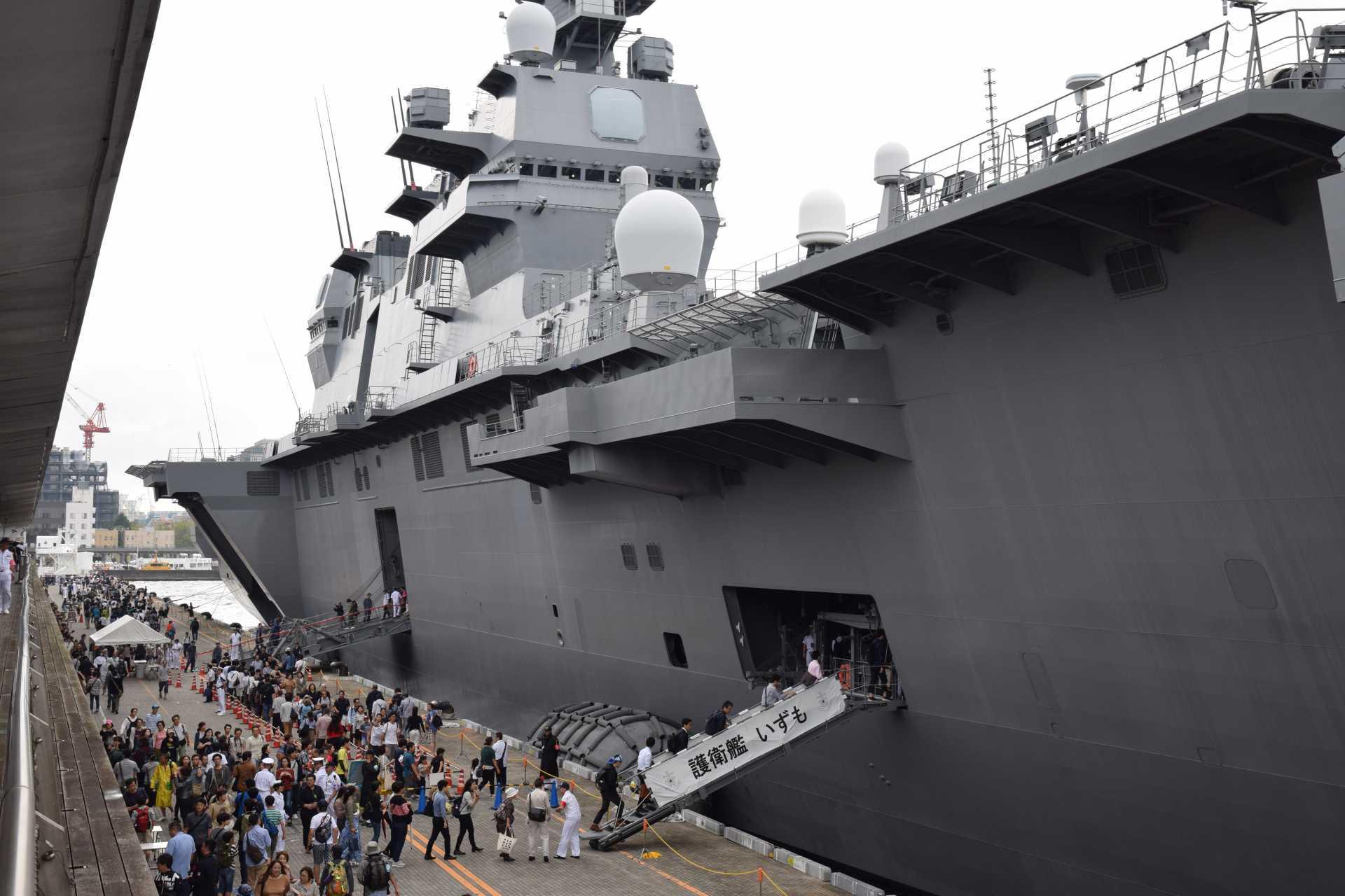 護衛艦「いずも」一般公開の様子(横浜港大さん橋国際客船ターミナル)