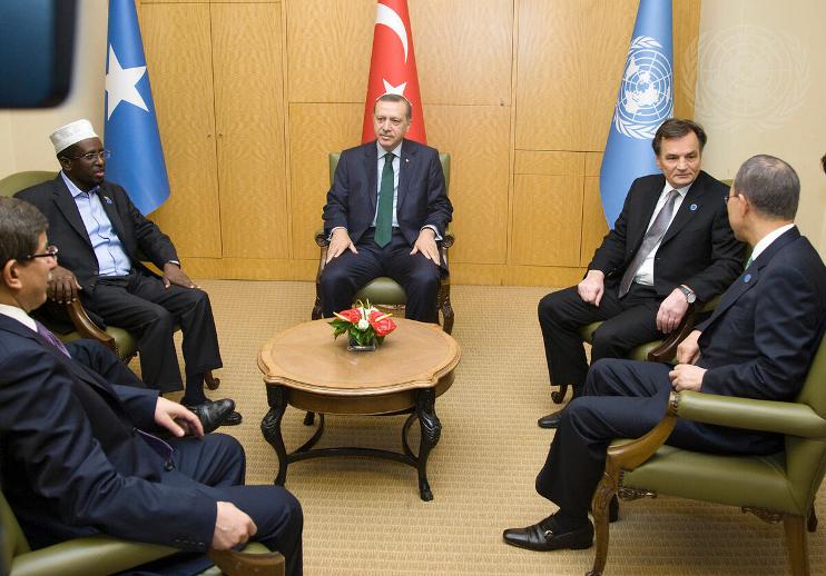 UN Photo/Mark Gartenソマリアに関する国連イスタンブール会議で協議する潘国連事務総長、エルドアン首相、シェイク・シャリフ暫定ソマリア政府大統領ら(2010年5月)