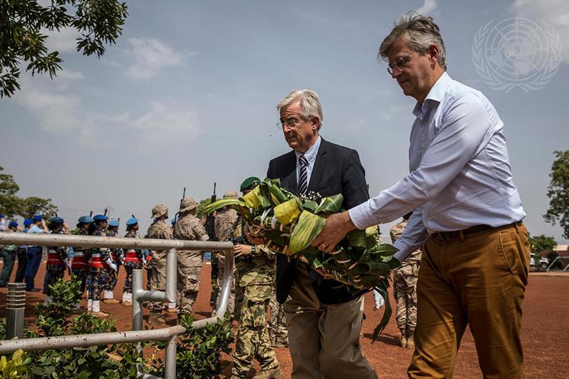 UN Photo/Harandane Dicko MINUSMAが展開するマリで殉職した国連、EU職員のために献花するラクロワ国連事務次長とホレヴィル駐マリEU大使(2019)