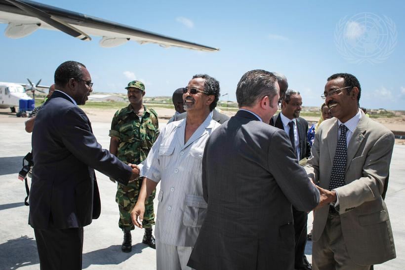 UN PHOTO/UN7288293 2013年10月にAU平和・安全保障理事会(PSC)のメンバーがソマリアを訪問した際は、AMISOMのトップとAU委員会特別代表が出迎えた。