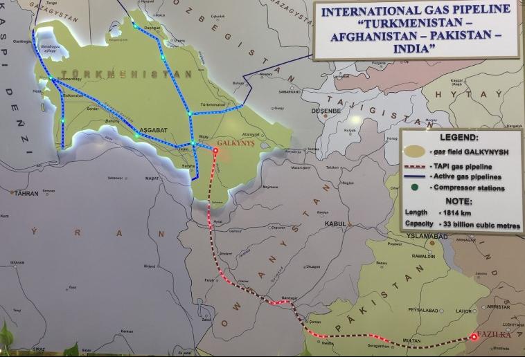 図2:2017年、カザフスタン共和国アスタナ市(現ヌルスルタン市)で開催された万博のトルクメニスタンパビリオンでの展示。青いパイプラインが現在稼働中で、赤いパイプラインがTAPI構想のもの(2017年7月5日、アスタナ市にて筆者撮影)