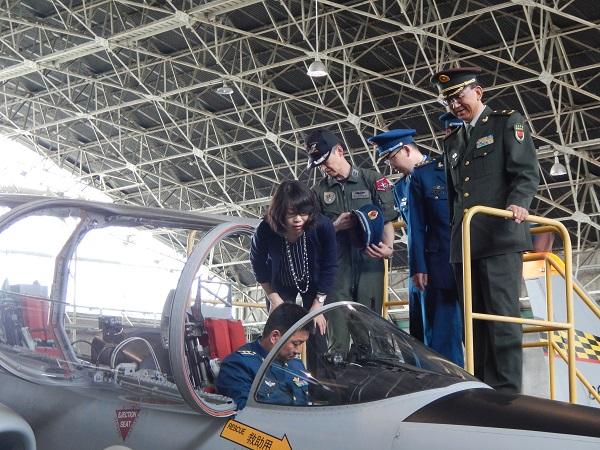 航空自衛隊浜松基地で、中等練習機T-4のコックピットに乗り込んだ訪問団のメンバー