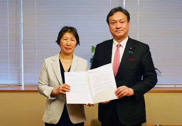 笹川平和財団常務理事の茶野順子(左)、堀井巌外務政務官